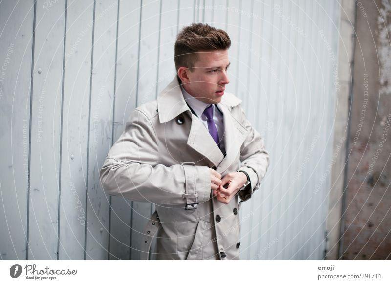 sherlock maskulin Junger Mann Jugendliche 1 Mensch 18-30 Jahre Erwachsene Mode Jacke Mantel trendy schön vorstellen Farbfoto Gedeckte Farben Außenaufnahme