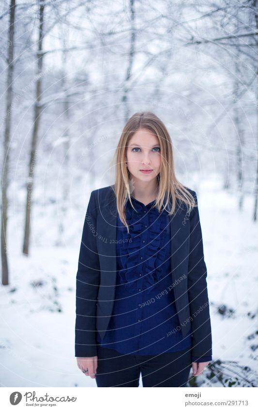BLUEse feminin Junge Frau Jugendliche 1 Mensch 18-30 Jahre Erwachsene Winter Schnee Mode Anzug schön kalt blau weiß Farbfoto Außenaufnahme Tag
