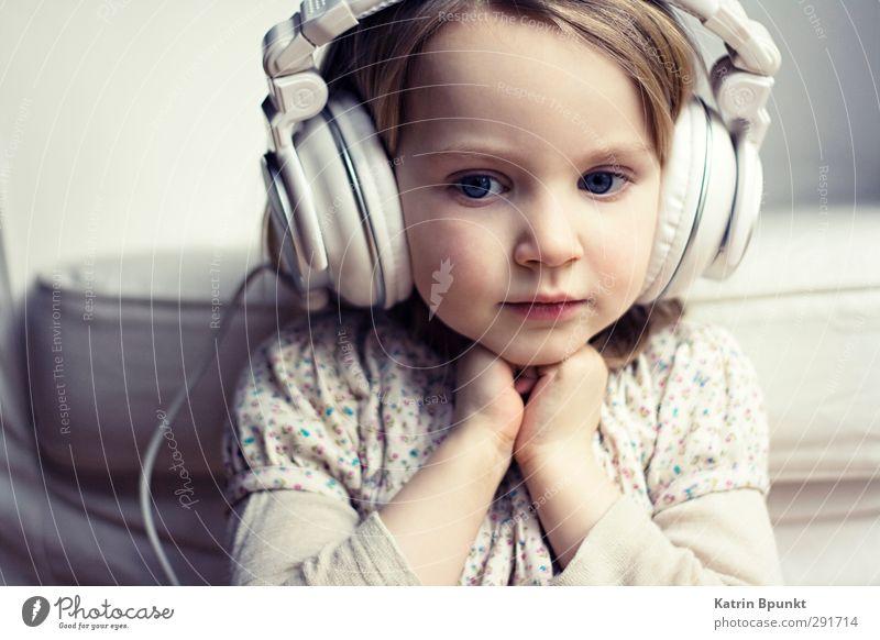Only Love Mensch Kind Erholung Denken träumen Stimmung Kindheit Zufriedenheit niedlich genießen Kleinkind Sehnsucht Kopfhörer Nostalgie 3-8 Jahre Musik hören