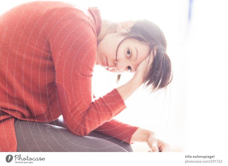 unlustig. Mensch Frau Jugendliche rot Einsamkeit Erwachsene Junge Frau feminin Traurigkeit hell Schmerz brünett Stress Verzweiflung Trennung Sorge