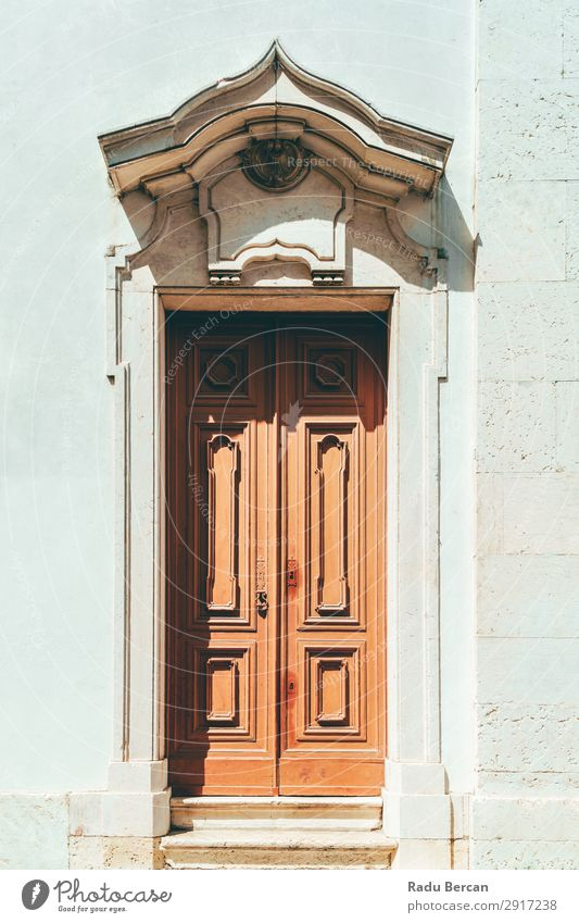 Alte Holztür in Lissabon, Portugal Tür alt Haus Portugiesen Wand Architektur Gebäude Tradition Straße Hauseingang Fassade Großstadt Hintergrundbild