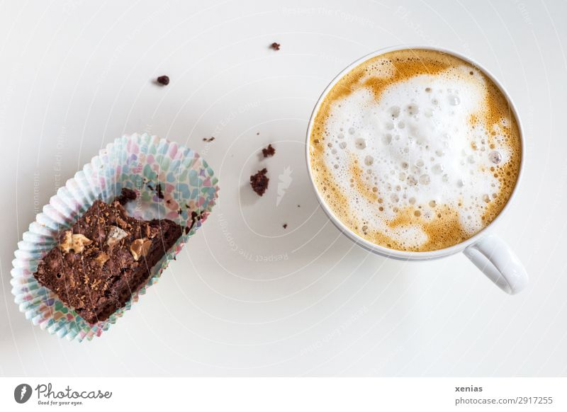 Käffchen mit aufgeschäumter Milch und angeknabberten Brownie weiß Lebensmittel Essen Wärme braun süß lecker Pause Kaffee Getränk trinken Kuchen heiß Duft Tasse
