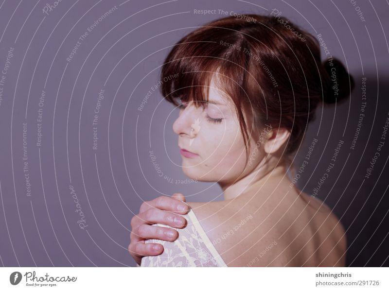 lila feminin Junge Frau Jugendliche Kopf Rücken Hand 1 Mensch 18-30 Jahre Erwachsene Spitze brünett Zopf berühren Erotik violett Schutz schön ruhig Farbfoto