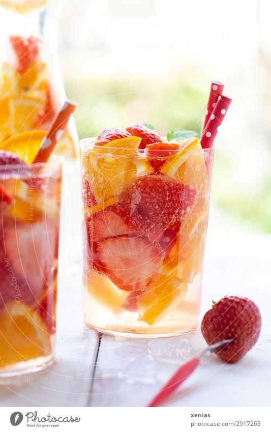 Sommerliches Erfrischungsgetränk mit Orange und Erdbeeren Frucht Bioprodukte Vegetarische Ernährung Getränk Trinkwasser Detoxgetränk Flasche Glas Trinkhalm