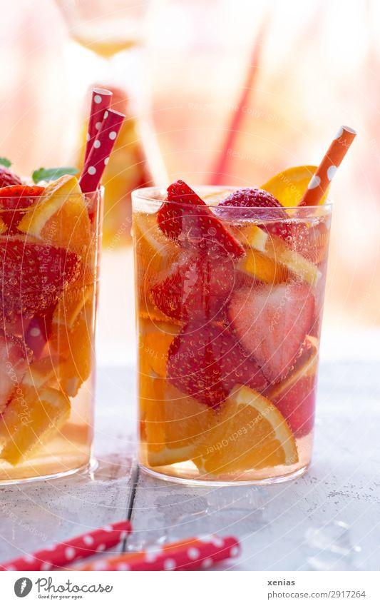 Fruchtiges Erfrischungsgetränk mit Erdbeeren und Orange Bioprodukte Vegetarische Ernährung Diät Getränk Trinkwasser Glas Trinkhalm Gesunde Ernährung
