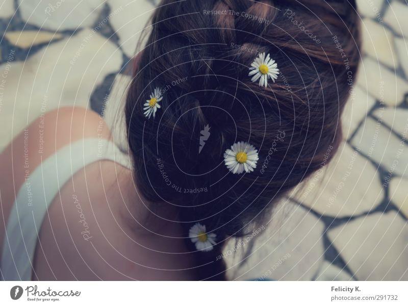 Sommertag feminin Junge Frau Jugendliche Kopf Haare & Frisuren 1 Mensch 18-30 Jahre Erwachsene brünett langhaarig Zopf natürlich Zufriedenheit Margerite