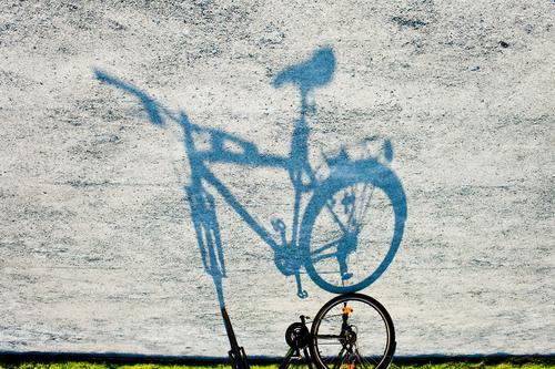 Verkehrswende Fahrrad Licht Schatten Bürgersteig Fußweg Spiegelbild Silhouette Kopfstand Fahrradlenker Fahrradrahmen Fahrradsattel Rad Individualreise