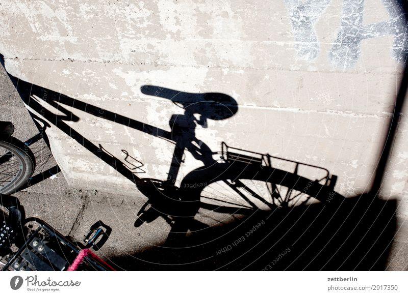 Fahrradschatten Fahrradtour Rad Abstellplatz Parkplatz Stellplatz stehen warten Fahrradsattel Gepäckablage Fahrradrahmen Licht Schatten Brandmauer hinterhaus