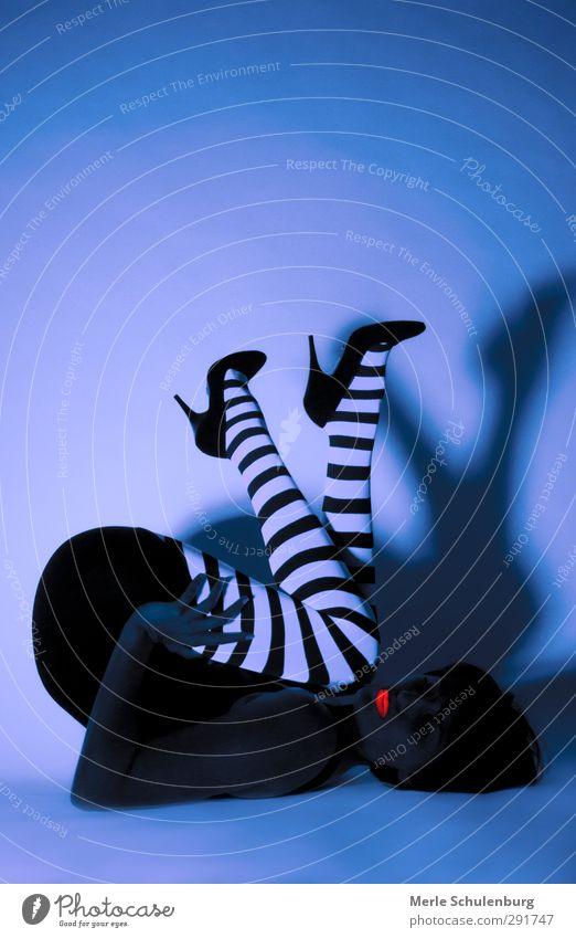 Neon 04 blau weiß schwarz dunkel liegen orange Schuhe Streifen Körperhaltung Gesäß Lippen Neonlicht Justizvollzugsanstalt Lippenstift Damenschuhe neonfarbig