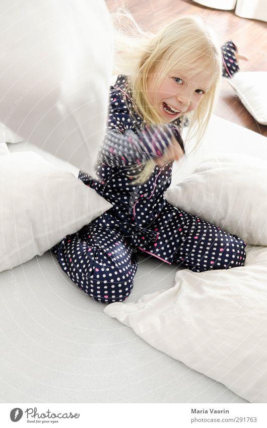 Kissenschlacht! Mensch Kind Freude feminin lachen Spielen Bewegung Glück natürlich Kindheit blond Wohnung Fröhlichkeit Häusliches Leben Bett Lebensfreude