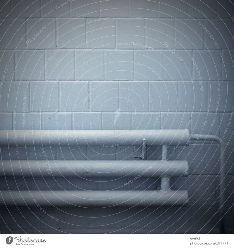 Fernwärme blau dunkel Wand Mauer trist einfach Fliesen u. Kacheln Heizkörper Keller Vignettierung simpel Halterung Osteuropa Heizungsrohr