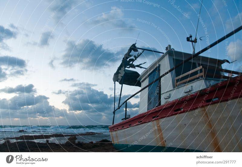 Alter Oliver Himmel Wolken Wind Sturm Küste Meer Schifffahrt Fischerboot alt kaputt blau Kahn Abnutzung Reling Wasserfahrzeug Schiffswrack Einsamkeit Windböe