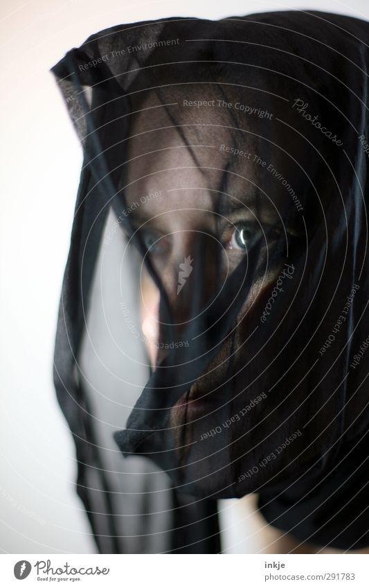Schwarz Frau Erwachsene Leben Gesicht Auge 1 Mensch 30-45 Jahre Kopftuch Denken glänzend Blick träumen Traurigkeit feminin schwarz Gefühle Stimmung zurückhalten