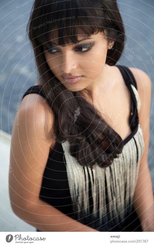 bella feminin Junge Frau Jugendliche 1 Mensch 18-30 Jahre Erwachsene schwarzhaarig brünett schön dunkelhäutig Farbfoto Außenaufnahme Tag Schwache Tiefenschärfe