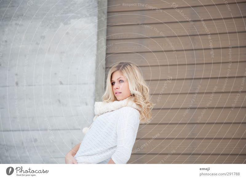 / feminin Junge Frau Jugendliche 1 Mensch 18-30 Jahre Erwachsene Mauer Wand schön Farbfoto Gedeckte Farben Außenaufnahme Textfreiraum links Textfreiraum rechts