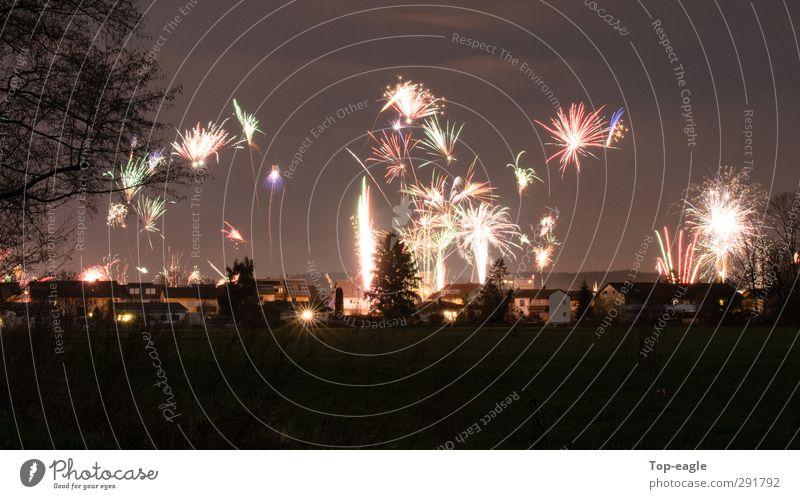 Der Beginn grün rot Freude schwarz Party gold Fröhlichkeit fantastisch Silvester u. Neujahr Dorf Veranstaltung Nachthimmel