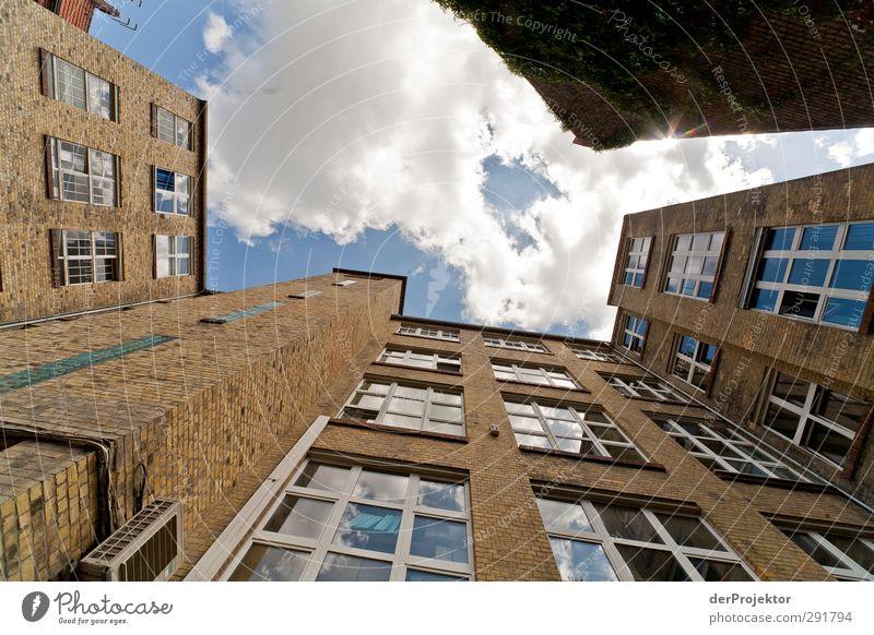 Das Fenster zum Hof 07 Stadtzentrum Menschenleer Haus Bauwerk Gebäude Architektur authentisch trendy historisch hoch Himmel Wolken Hinterhof Farbfoto Experiment
