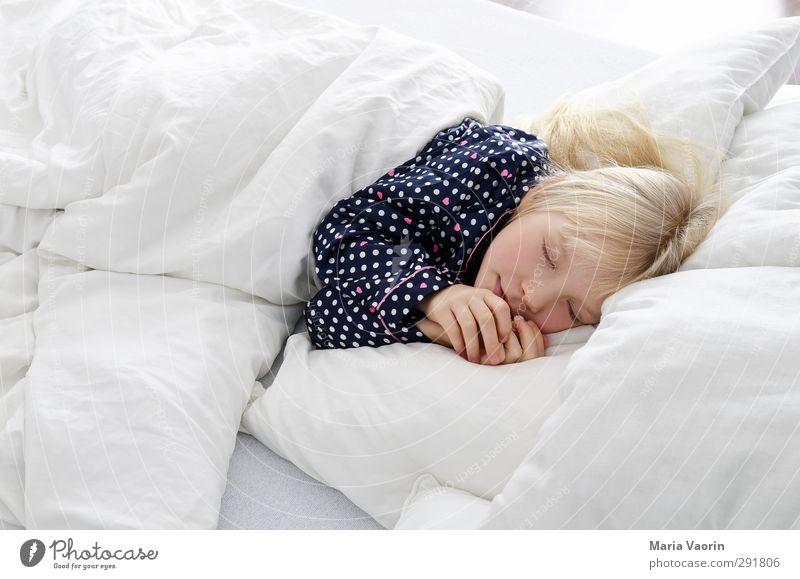 Schlafenszeit Häusliches Leben Wohnung Bett Kinderzimmer Schlafzimmer feminin Kindheit 1 Mensch 3-8 Jahre Schlafanzug blond langhaarig Erholung liegen schlafen