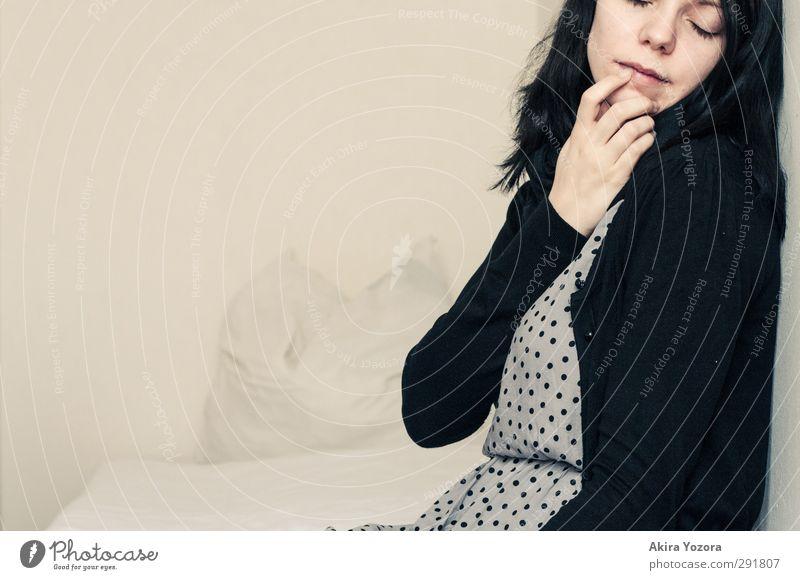 I'm gonna miss your kisses feminin Junge Frau Jugendliche 1 Mensch 18-30 Jahre Erwachsene Mode schwarzhaarig atmen berühren Denken genießen Liebe sitzen