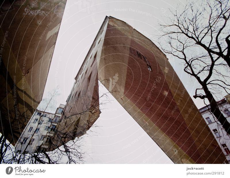 schnittiger Himmel Stadt alt Baum Winter kalt Stein Fassade verrückt Wandel & Veränderung Platzangst Irritation skurril eckig Surrealismus Doppelbelichtung
