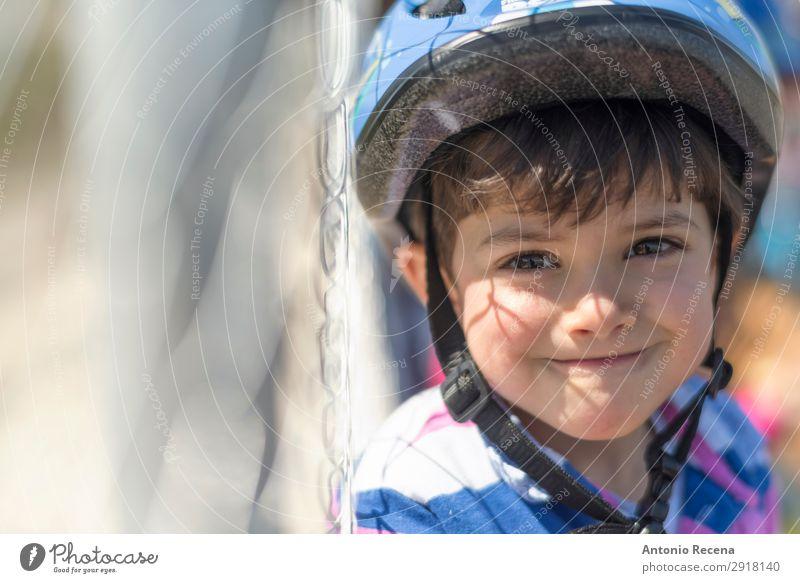 Helm Kind Glück Mensch Kleinkind Junge 1 1-3 Jahre Lächeln Sicherheit Schutz Geborgenheit Motorradfahren Schutzhelm 3s dreijährig Zaun Menschen Fahrrad 1 Mensch