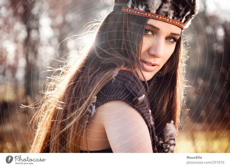 You never can tell. Mensch feminin Junge Frau Jugendliche Leben 1 18-30 Jahre Erwachsene Natur Herbst Schönes Wetter Wald Mode Umhang Accessoire Feder