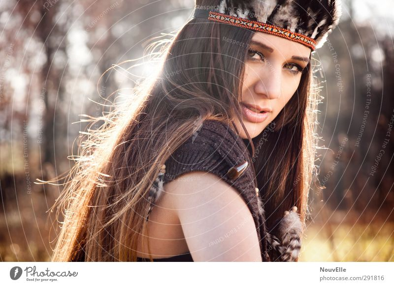 You never can tell. Mensch Natur Jugendliche Wald Erwachsene Junge Frau Leben Herbst feminin Gefühle Haare & Frisuren 18-30 Jahre Mode Schönes Wetter Feder Schutz