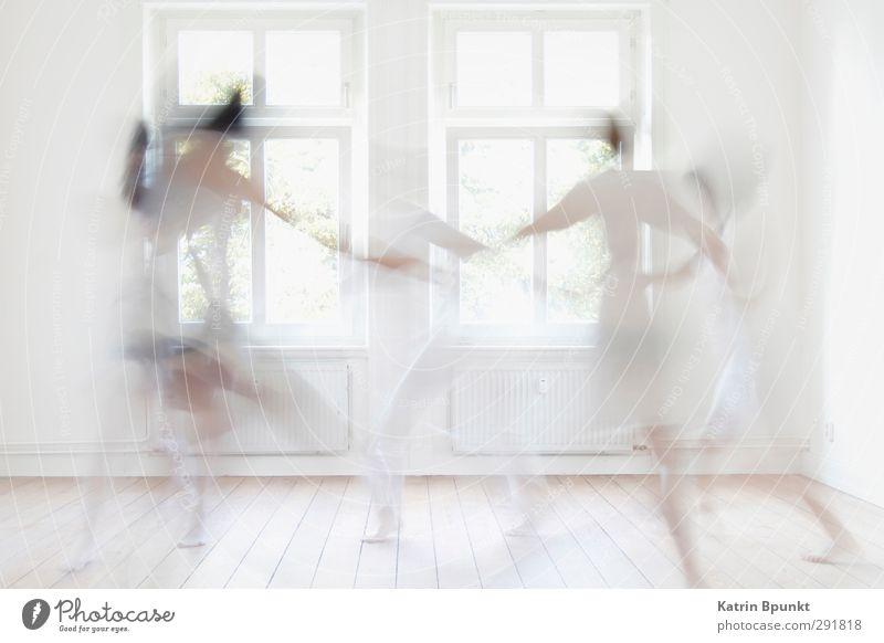 dancing ghosts #2 Raum Mensch 5 Tänzer Tanzen sportlich hell weiß Freude Leben Geister u. Gespenster Gedeckte Farben Innenaufnahme Gegenlicht Bewegungsunschärfe