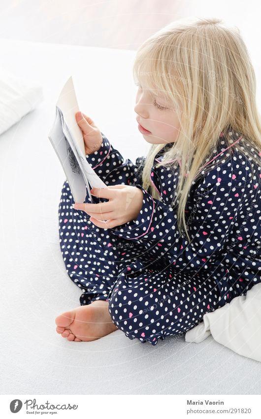 Lesen lernen Mensch Kind feminin Kindheit blond Wohnung sitzen Freizeit & Hobby Buch Häusliches Leben lernen lesen Bett Bildung Konzentration langhaarig