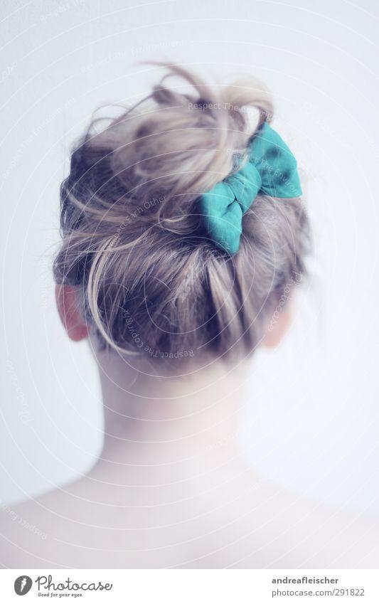 schleifchen. feminin Junge Frau Jugendliche Erwachsene 18-30 Jahre ästhetisch Schleife Dutt Zopf verträumt sanft schön Porträt Hinterkopf blond Haarsträhne grün