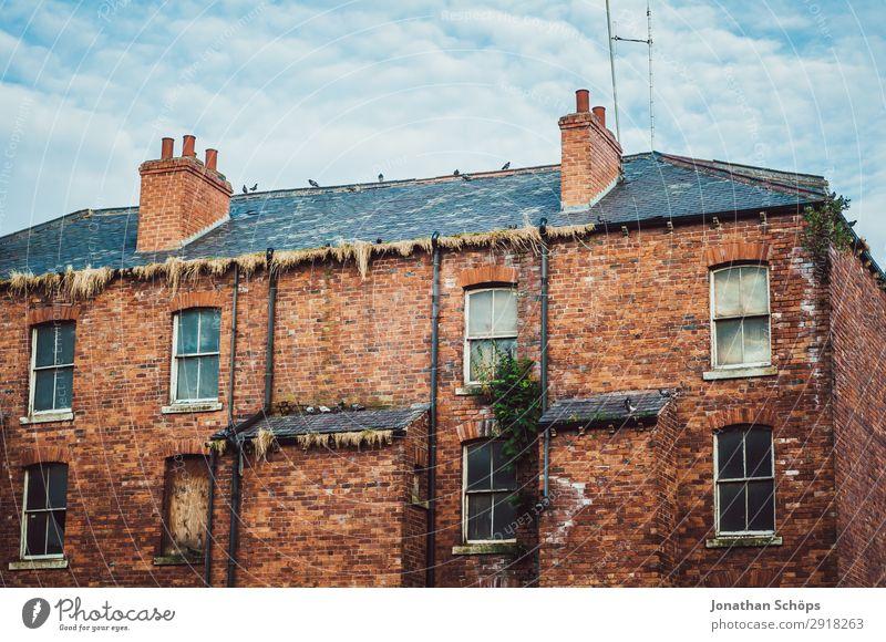 Backsteinfassade Wohnhaus in England Stadt Architektur ästhetisch Großbritannien Leeds Haus Häusliches Leben alt Unbewohnt Fassade Himmel Fenster bewachsen