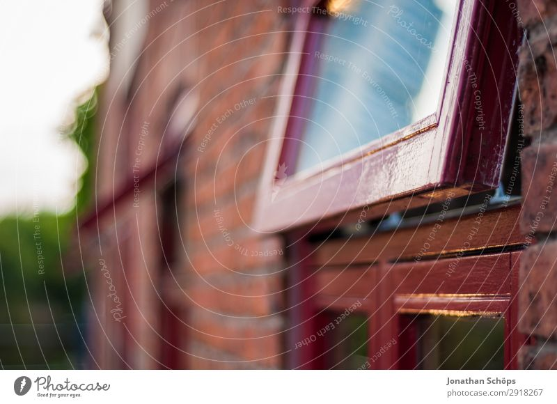 Fenster mit rotem rahmen an Backstein Haus Stadt Bauwerk Gebäude Architektur Fassade England Großbritannien Leeds urban offen Fensterrahmen Wand Neigung lüften