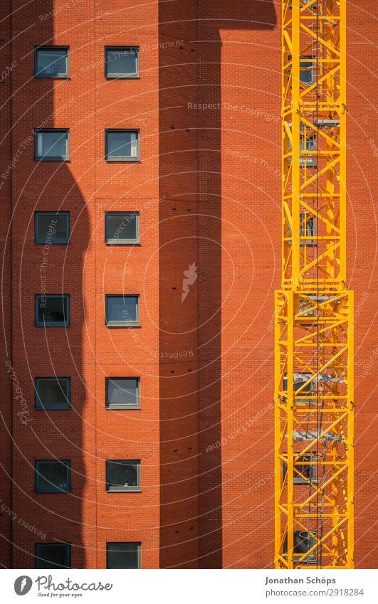 orange Hochhausfassade in Leeds, England Haus Bankgebäude Bauwerk Gebäude Architektur Fassade ästhetisch gelb Kran Schatten Fenster Häusliches Leben Büro