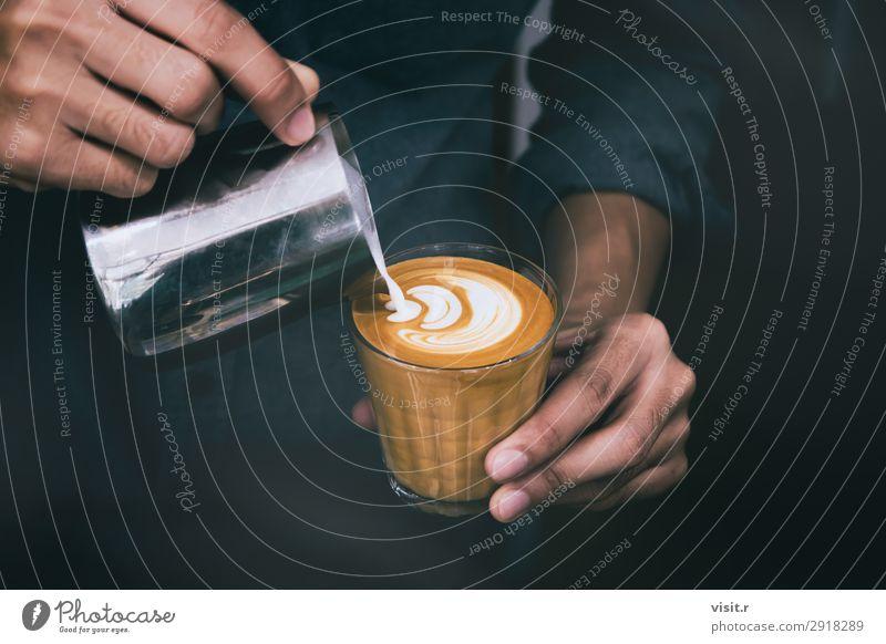 Barista gießen heiße Milch zubereiten Latte Kunst auf Tasse Kaffee Frühstück Kaffeetrinken Getränk Heißgetränk Latte Macchiato Espresso Becher Lifestyle kaufen