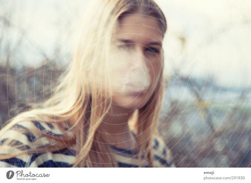 blurred feminin androgyn Junge Frau Jugendliche 1 Mensch 18-30 Jahre Erwachsene atmen Rauchen Farbfoto Außenaufnahme Tag Unschärfe Porträt