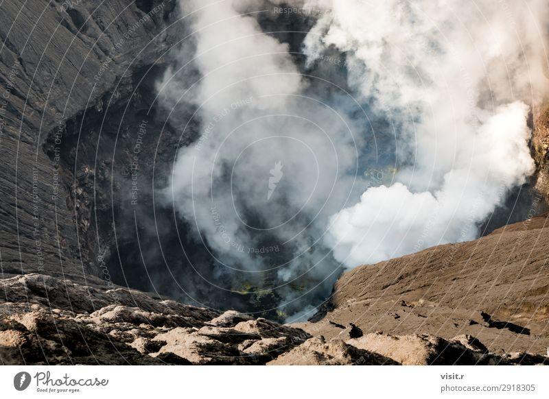 Krater des Bromo-Vulkans mit ausbrechendem Rauch Ferien & Urlaub & Reisen Tourismus Ausflug Abenteuer Sommer Berge u. Gebirge wandern Umwelt Natur Landschaft
