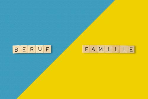Beruf vs Familie? Spielen Arbeit & Erwerbstätigkeit Karriere Erfolg Familie & Verwandtschaft Leben Papier Holz Schriftzeichen ästhetisch blau gelb Zukunftsangst