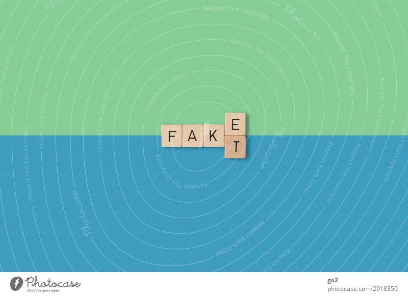 Fake oder Fakt Holz Schriftzeichen ästhetisch einfach blau grün Wahrheit authentisch beweglich Fairness Zukunftsangst dumm falsch ignorant chaotisch bedrohlich