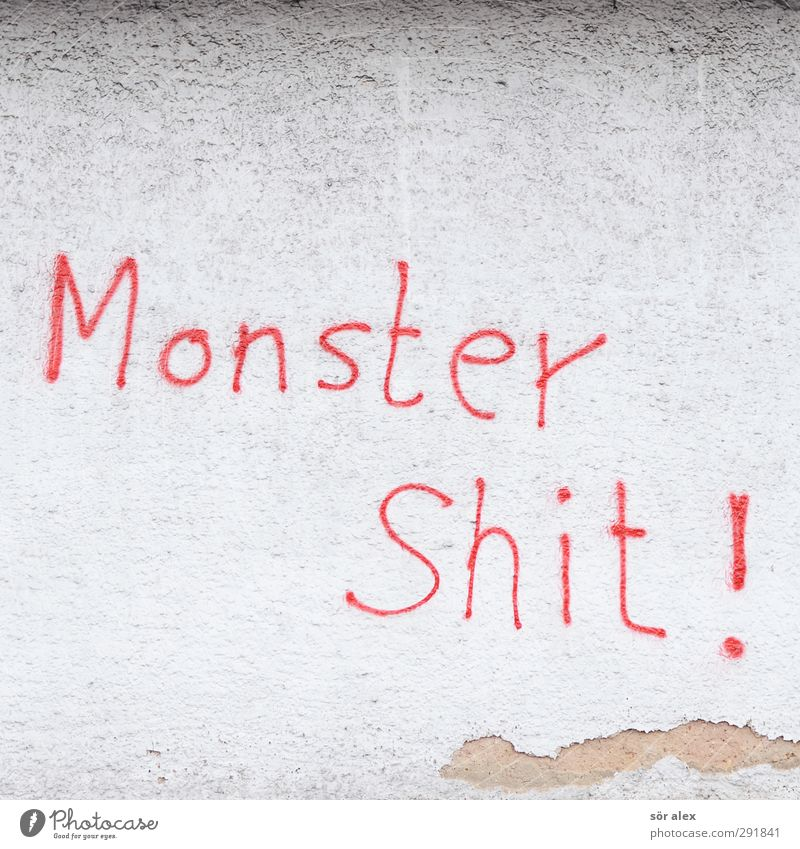 Papa was steht da...? Kleinstadt Haus Putzfassade Mauer Wand Fassade Zeichen Schriftzeichen Graffiti Shit rot weiß Wut Zerstörung Vandalismus Wort Information