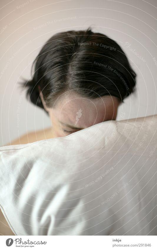 morgens ist alles so Mensch Frau Gesicht Erwachsene Leben Gefühle Haare & Frisuren Traurigkeit Kopf Häusliches Leben Bett Trauer Bettwäsche verstecken weinen Scham