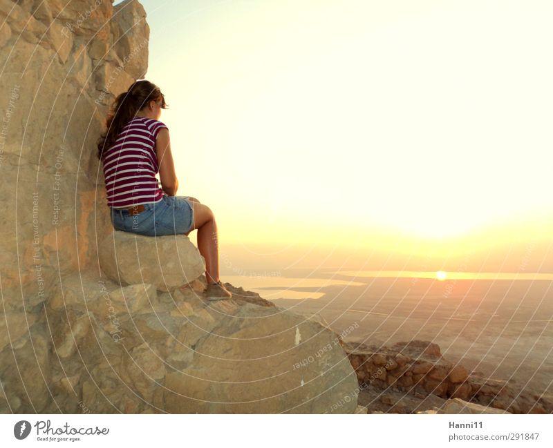 Blick aus Herodes Kammern Mensch Frau Jugendliche Wasser Sonne Meer Landschaft Erwachsene Junge Frau Leben feminin Architektur See 18-30 Jahre Felsen Horizont