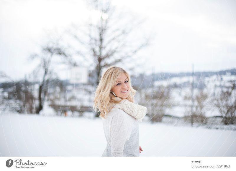 lächle, es verwirrt die Menschen feminin Junge Frau Jugendliche 1 18-30 Jahre Erwachsene Winter Schnee hell schön weiß Lächeln Fröhlichkeit Glück Farbfoto
