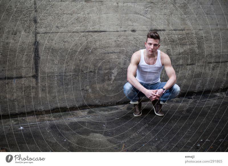 dunkelgrau maskulin Junger Mann Jugendliche 1 Mensch 18-30 Jahre Erwachsene Mauer Wand schön muskulös Beton Muskelshirt Farbfoto Gedeckte Farben Außenaufnahme