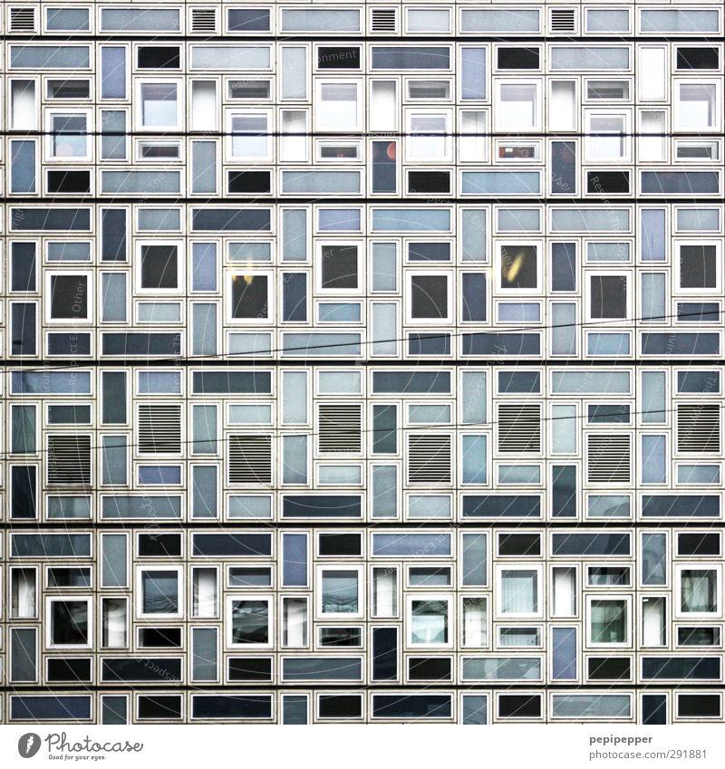 quadratisch, praktisch, gut? Häusliches Leben Wohnung Haus Büro Stadt Hochhaus Bauwerk Gebäude Architektur Mauer Wand Fassade Fenster Stein Beton Glas Metall