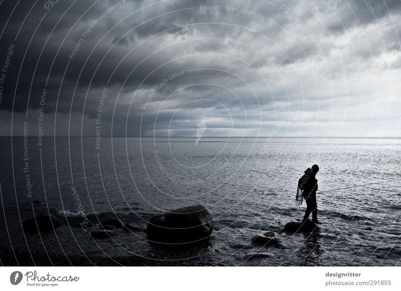 Feierabend Mensch Mann Meer Wolken Erwachsene Ferne dunkel grau Freiheit Küste gehen Regen Wetter Freizeit & Hobby gefährlich Abenteuer