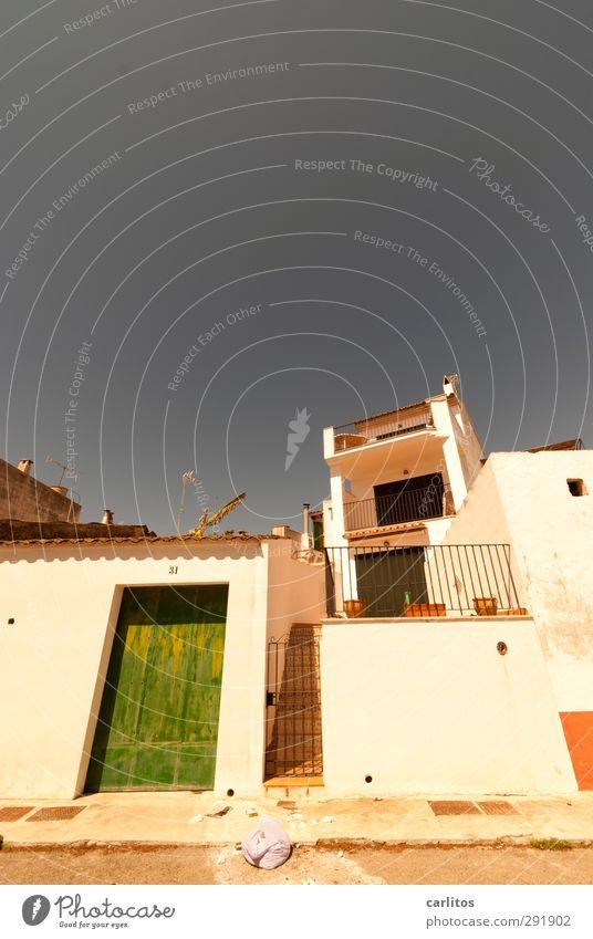 Noch 9 Wochen bis zur Sommerzeit Himmel Wolkenloser Himmel Schönes Wetter Wärme Kleinstadt Haus Gebäude Mauer Wand Treppe Fassade Balkon Fenster Tür ästhetisch