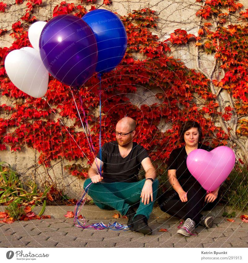 Diversity Mensch maskulin Junge Frau Jugendliche Junger Mann 2 18-30 Jahre Erwachsene Luftballon sitzen warten blau violett rosa weiß Freundschaft einzigartig