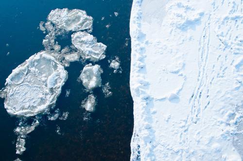 Eiskalt #2 Natur blau weiß Wasser Winter Schnee gefährlich Frost Fluss Spuren Risiko tief Flussufer frieren