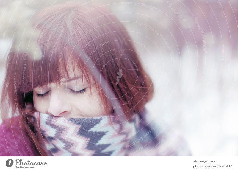 kuscheln schön feminin Junge Frau Jugendliche Gesicht 1 Mensch 18-30 Jahre Erwachsene Natur Winter Schnee Schal brünett rothaarig Erholung träumen Glück blau