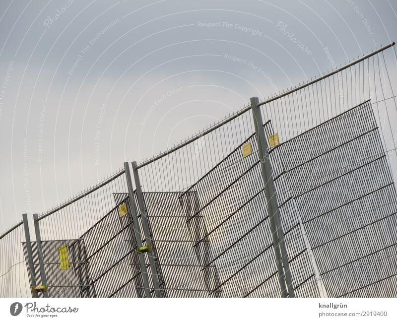 Schieflage Bauzaun Zaun Gitter Kommunizieren eckig glänzend silber Schutz Sicherheit Verbote Barriere Baustelle Metallzaun Farbfoto Außenaufnahme Menschenleer
